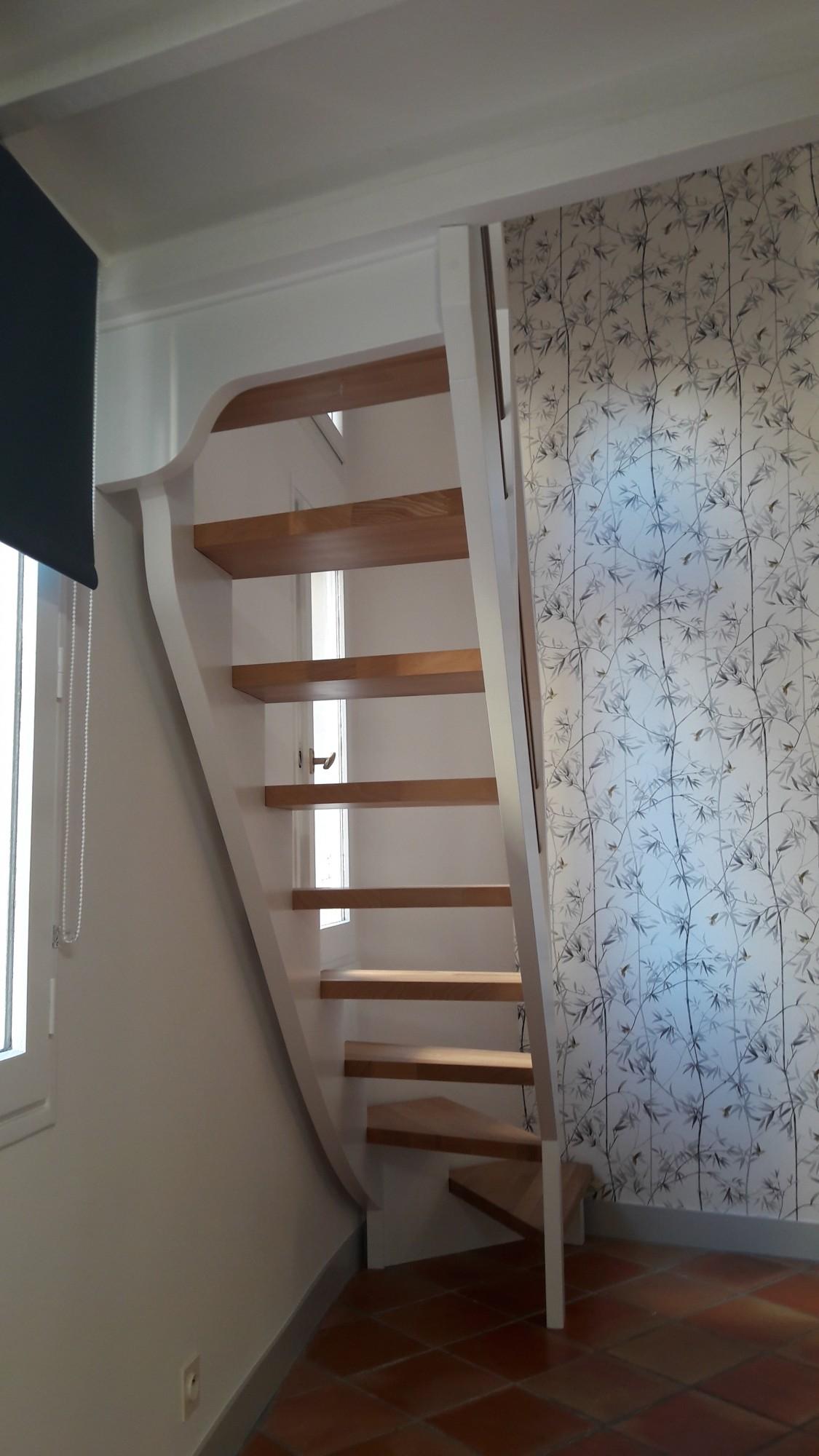 Photo Escalier Bois Peint Gris escalier d'accès à mezzanine sans contre marche - menuiserie