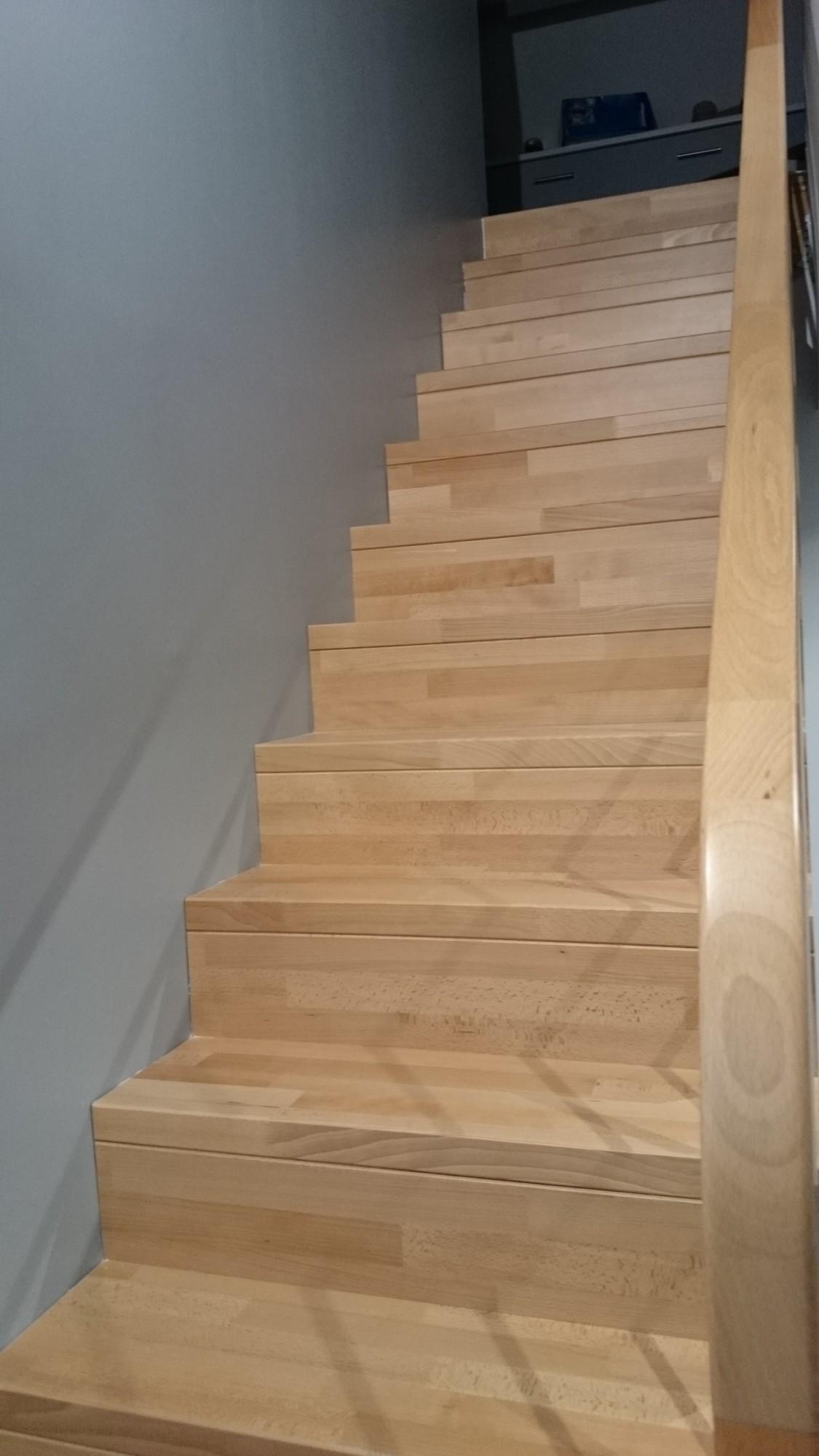 Photo Escalier Bois Peint Gris escalier bois en hêtre verni naturel et aménagements sous